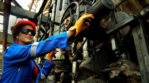 Mujer trabajando en una refinería.