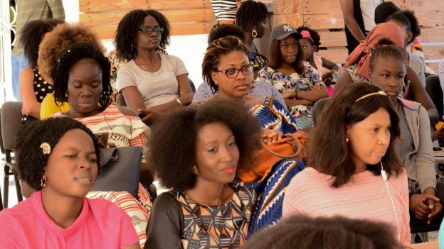 Une assemblée avec des femmes portant leurs cheveux afro naturels.