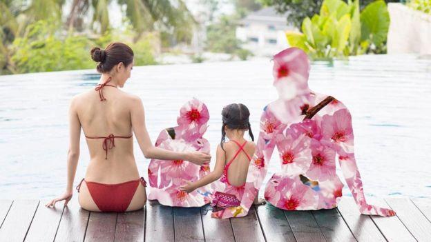 Família sentada na beira de uma piscina