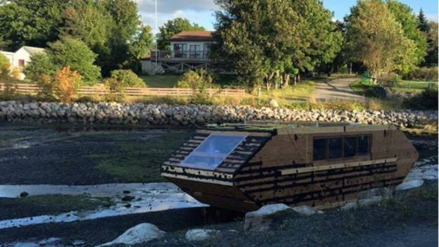 Mystery as Canadian houseboat washes up on Irish Beach - BBC
