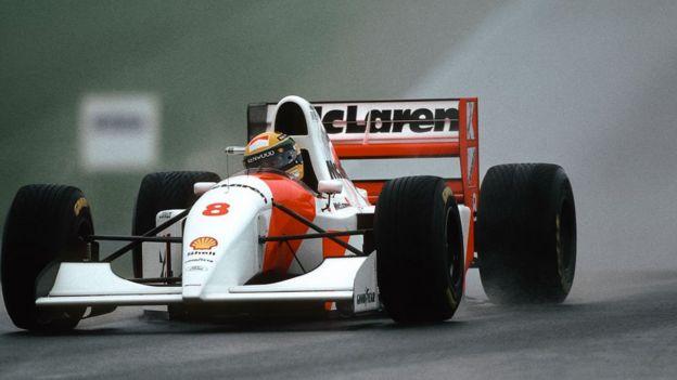 Ayrton Senna conduciendo su McLaren en Donnington en 1993.