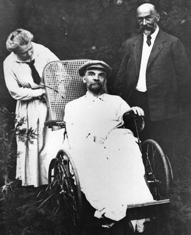 Последние дни Ленина были омрачены тяжелой болезнью и полной утратой физической и интеллектуальной работоспособности. Слева - Мария Ильинична Ульянова, справа - лечащий врач Ленина. Горки, 1923 г.