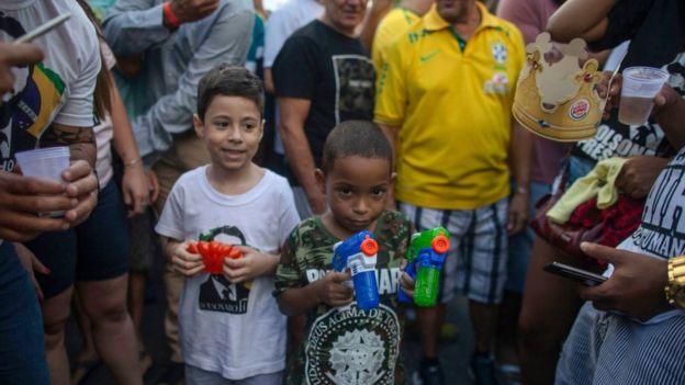 Niño brasileño con arma de juguete