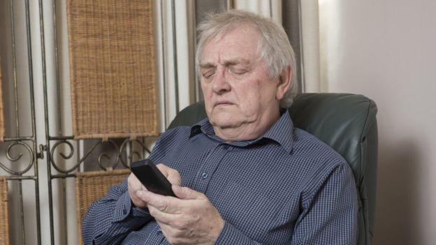 hombre colgando celular
