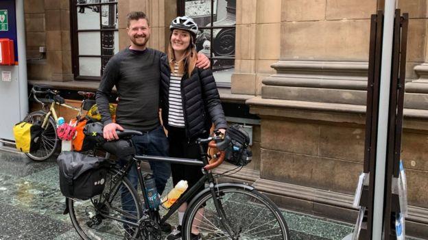 James Owers e Diana Bardsley ao lado de uma bicicleta