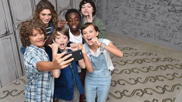 "Elenco de la serie ""Stranger Things"" posa para una ""selfie""."