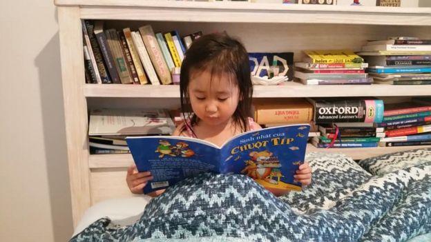 Thói quen đọc truyện tranh tiếng Việt cho con từ khi con còn bé là cách hiệu quả để con quen dần với từ ngữ tiếng Việt