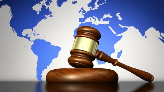 Судебный молоток и карта мира