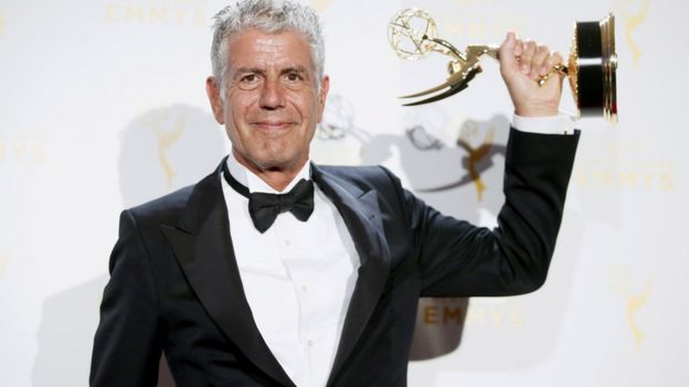 Anthony Bourdain con un premio Emmy.