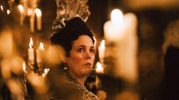 الیویا کلمن در فیلم محبوب نقش ملکه آن را بازی میکند
