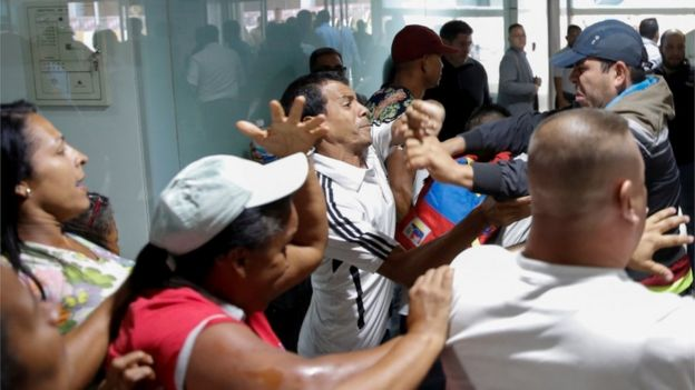 Empujones entre oficialistas y opositores.