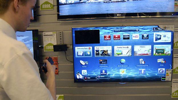 Hombre navegando en un televisor inteligente.