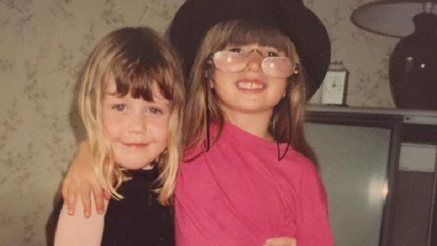 Eloise com uma amiga na infância