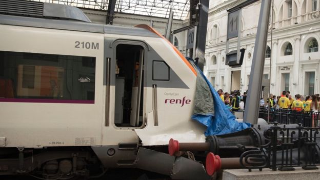 Число пострадавших при крушении поезда вБарселоне выросло до 54 человек