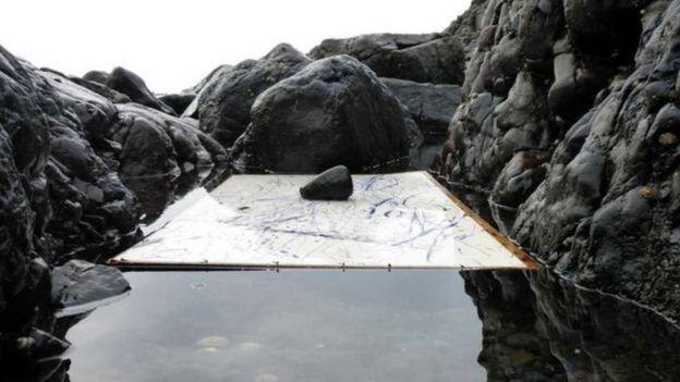 Pedra sobre obra de Peter Matthews