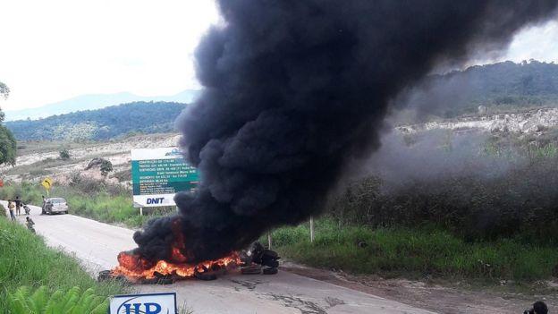 Manifestantes queimam pneus em Pacaraima