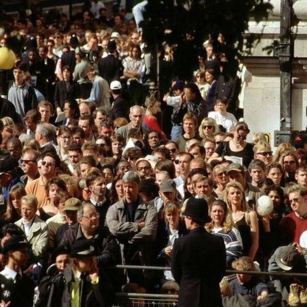 Cientos de miles salieron a las calles a presenciar el cortejo fúnebre de Diana.