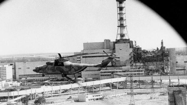 Imagen de un helicóptero frente a un reactor nuclear.