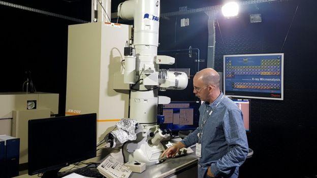 Mateus Borba Cardoso em um dos laboratórios dos CNPEM