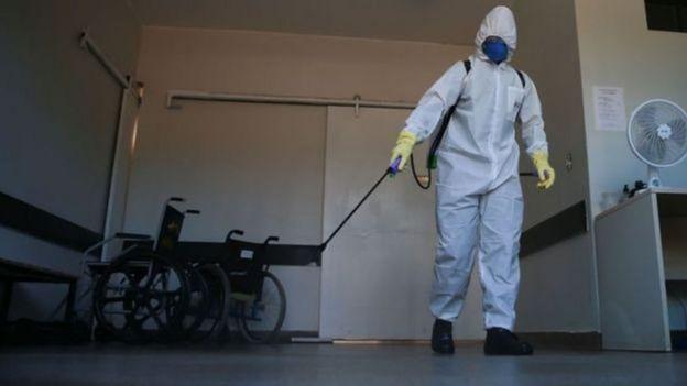Agente fazendo desinfecção