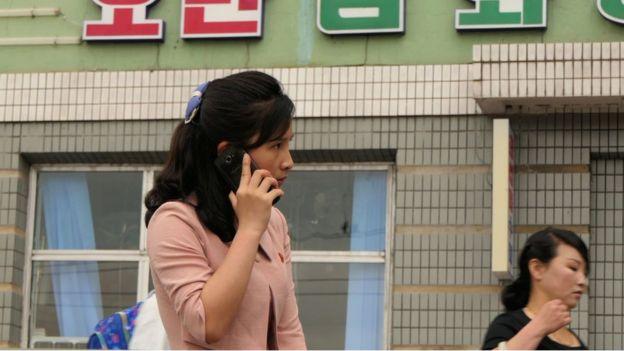 Mujer hablando por celular
