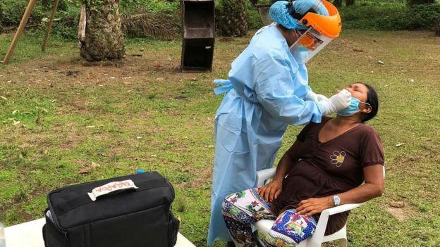 Анализ на коронавирус у представителя народа Секоя в Эквадоре