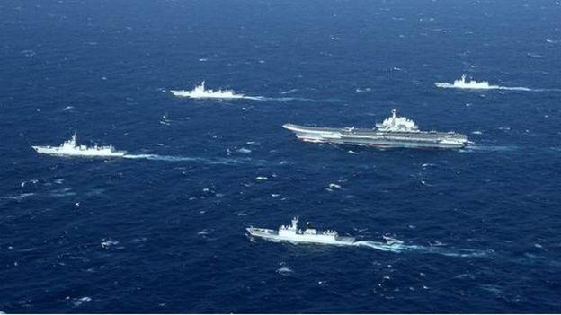 2016年12月26日,中國海軍遼寧號航母戰鬥群通過台灣海峽,駛往南部戰區海軍轄區執行移地訓練任務。(資料圖片)