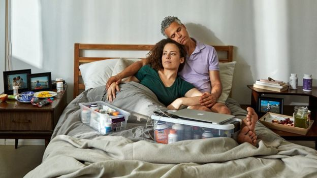 Jennifer y su marido en la cama