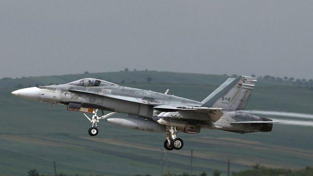 Канадский истребитель F-18 взлетает с авиабазы Кымпия-Турзи во время учений в 2014 году