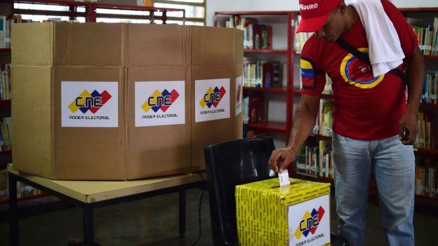 Un votante ejerce su derecho en la elección del domingo 30 de julio.