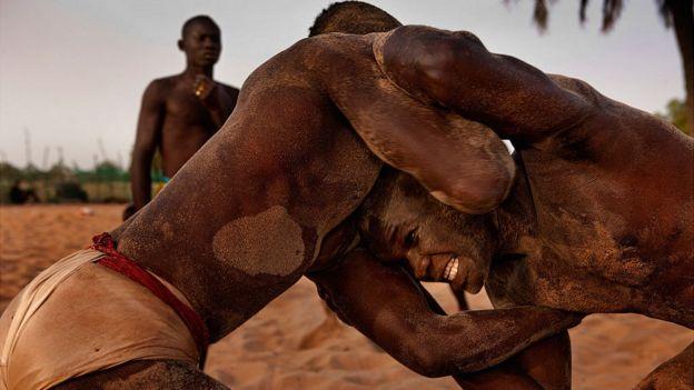 La lutte sénégalaise dite lutte avec frappe