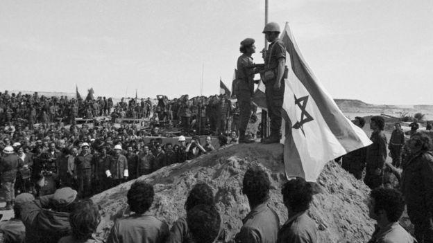 Prajurit Israel meninggalkan tepi barat Terusan Suez di Mesir pada tahun 1973.