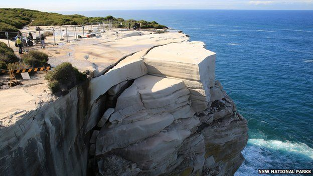 wedding cake rock sydney australia popular sydney rock formation could collapse at any time 23696