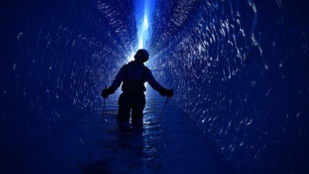 ПЬЮ в темно-синем тоннеле