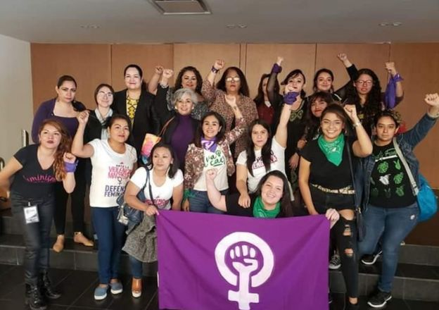 Activistas celebran la aprobación de una reforma que pena el acoso por internet.