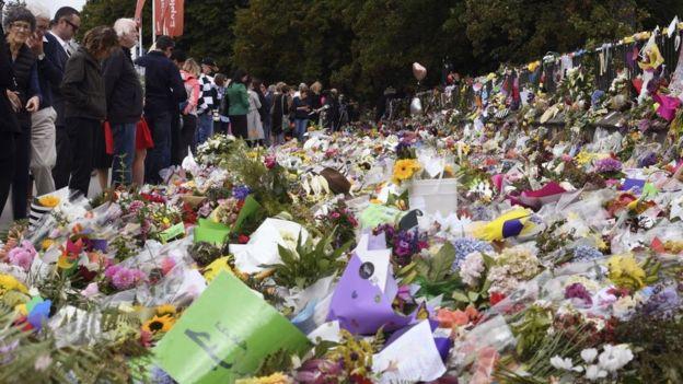 Cientos de flores en el suelo como parte de un tributo a las víctimas del ataque en Christchurch.