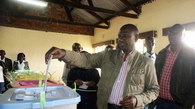 Naibu Rais William Ruto akipiga kura katika kituo cha Kosachei, katika kaunti ya Uasin Gishu magharibi mwa Kenya