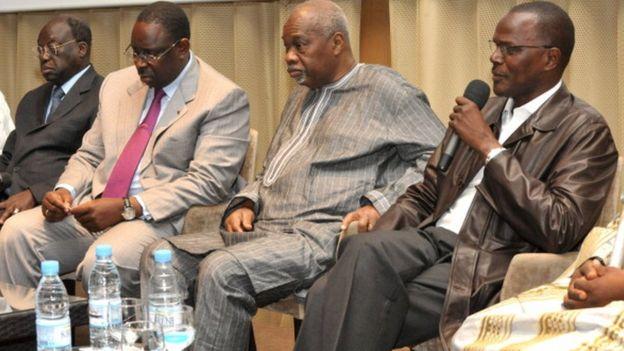 Macky Sall entouré de quelques-uns de ses alliés : de g. à d., Moustapha Niasse, Amath Dansokho et Ousmane Tanor Dieng