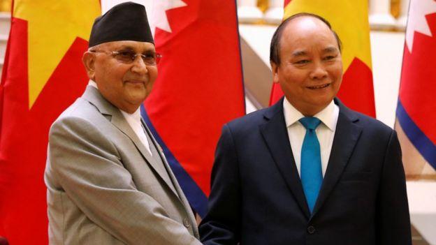 Thủ tướng Việt Nam hiện nay Nguyễn Xuân Phúc (phải)