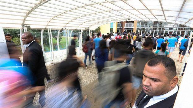 Alunos entrando em escola para prova do Enem