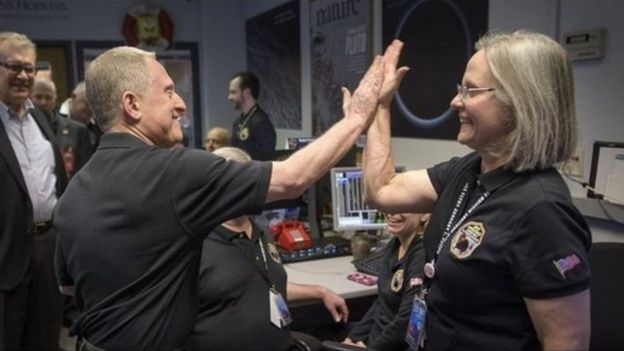 Alan Stern y Alice Bowman celebran con un gesto la llegada de las primeras señales de New Horizons