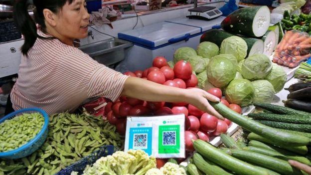 Un puesto de comida en China con códigos QR.