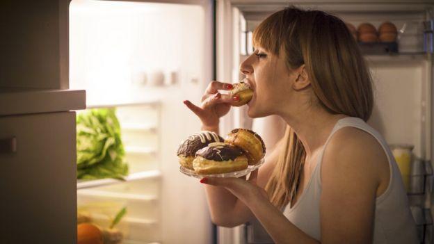Mujer comiendo