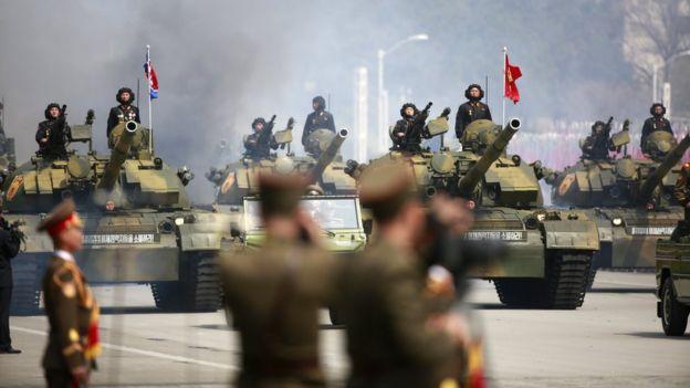 分析认为朝鲜独立日的阅兵规模将比之前的小。图为去年四月太阳节阅兵的情况。