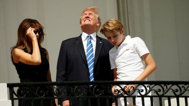 Donald Trump en un balcón de la Casa Blanca junto a su esposa, Melania, y su hijo menor, Barron.