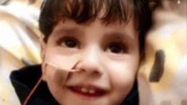 الطفل أثناء تلقي العلاج في المستشفى