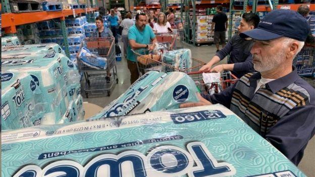 Personas toman papel de baño de una tienda