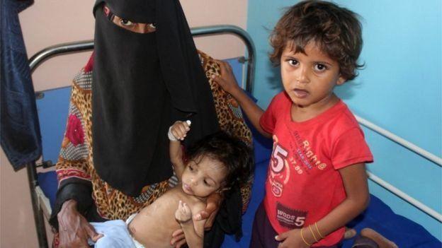 امرأة وطفلان في مستشفى