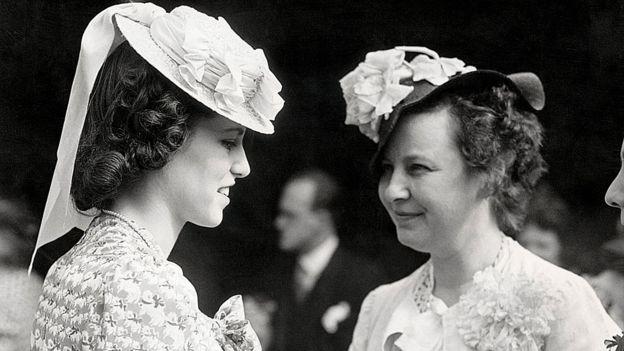 Rosemary Kennedy conversando com uma amiga em uma festa