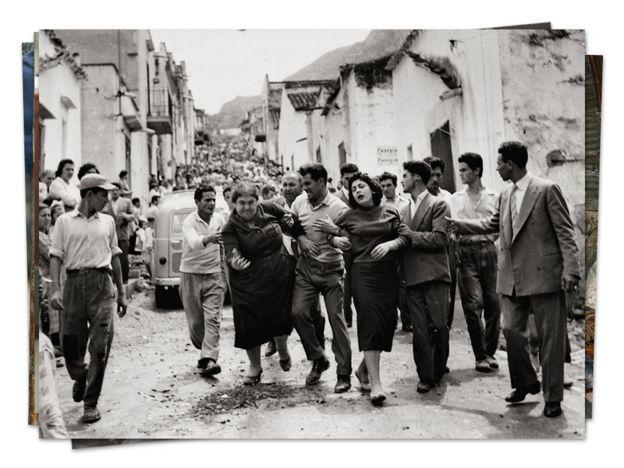 Hombres sosteniendo a dos viudas cuyos maridos fueron asesinados por la mafia. Sicilia, años 50.
